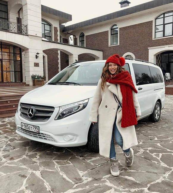 Регина Тодоренко возле дома и авто