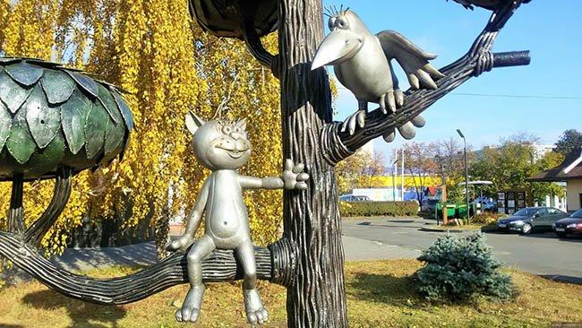 памятник коту и вороне